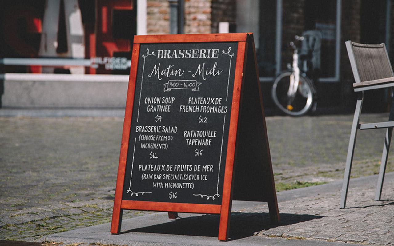 Potykacz reklamowy do restauracji drewniany